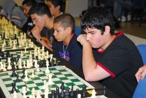 Niños en un torneo de ajedrez